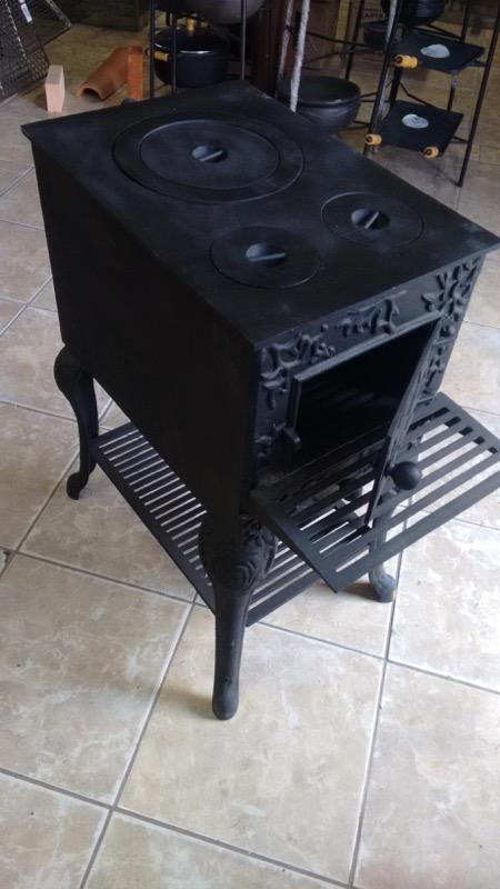 Fogão de ferro (transforma em churrasqueira e lareira) frente 0,33 altura 0,75 largura 0,58